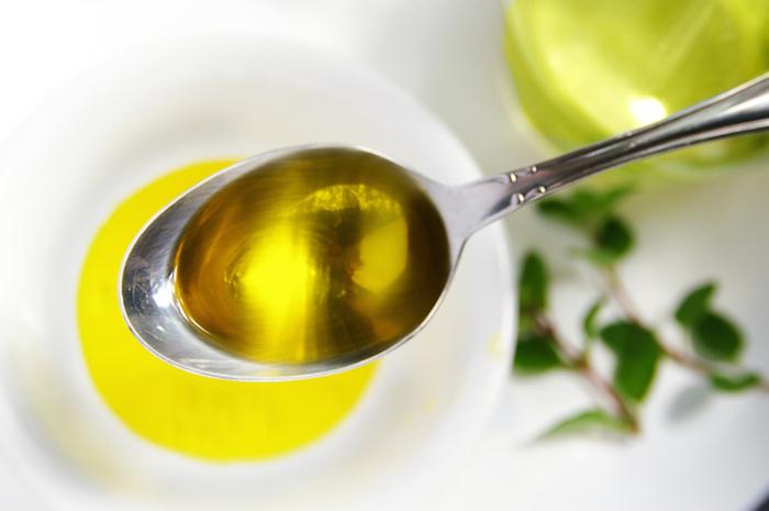 dùng dầu ăn tẩy keo